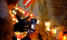Tērauda siets arī šogad labi pasargājis Rīgas pils mūri no svecīšu liesmām