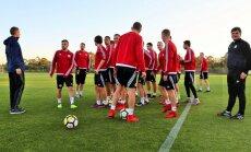 Foto: Latvijas futbolisti uzsāk savu treniņnometni Portugālē