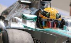 Lietainajā Šanhajā 'pole position' izcīna Hamiltons