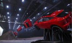 Video: Kompaktā 'Jaguar E-Pace' prezentācijā uzstāda rekordu spirālveida lēcienā