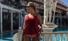 Agnese Zeltiņa bikini bikšelēs izrāda slaidās kājas