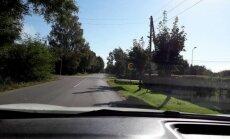 Nepārredzama 'STOP' zīme rada bīstamas situācijas Ogrē; pašvaldība sola kļūmi labot