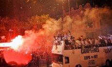 Uzvarētāju parādē 'Real' futbolisti no autobusa nomet Karaļa kausu