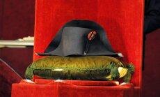 Video: Par 1,8 miljoniem eiro izsolē pārdod Napoleona cepuri