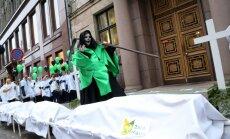 Nākamā gada budžets iesniegts Saeimā; mediķi protestē ar krustiem un imitētiem līķiem