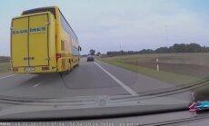 Video: 'Ecolines' autobuss Lietuvā izstumj citas automašīnas no joslas
