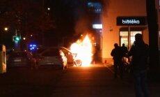 Foto: Pie 'Rimi' Pulkveža Brieža ielā aizdedzies 'Mercedes' džips