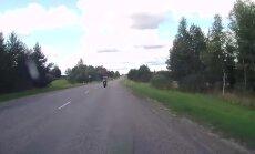 Video: Motociklists Vaivē traucas milzu ātrumā