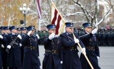 Foto: Lāčplēša diena Rīgā – karavīri braši maršē parādē un Brāļu kapos noliek ziedus