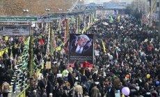 Foto: Irāņi iziet ielās atzīmēt revolūcijas gadskārtu un nosodīt Trampu