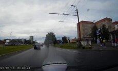 Video: Automašīna ar Zviedrijā reģistrētu numuru lepni aizbrauc pie sarkanās gaismas