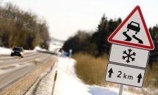 Daudzviet Latvijā ceļi ir apledojuši; vietām migla