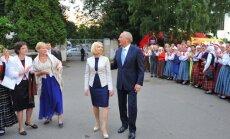 Fotoreportāža: valsts augstākās amatpersonas apmeklē deju lieluzvedumu 'Tēvu laipas'