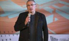 Hodorkovskim liegts ieiet separātistu kontrolētajā Doņeckas pilsētas domes ēkā
