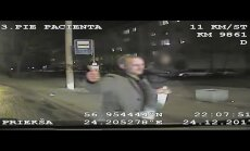 Video: Policija meklē vīrieti, kurš uzbrucis 'ātrās palīdzības' darbiniekam