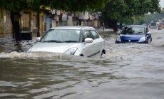 Foto: Indijā musonu lietusgāzēs 70 bojāgājušie