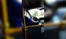 Video: Mikroautobusa šoferis pie stūres skatās filmas
