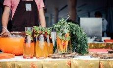 Foto: Rīgas svētku viesi pulcējas lielākajā brīvdabas restorānā