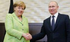 Merkele sestdien tiekas ar Putinu