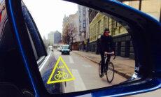 Jau tūkstošiem autovadītāju saņēmuši atgādinošo uzlīmi ar velosipēdu