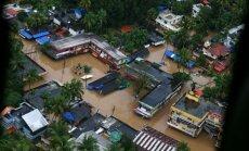 Foto: Plūdos Indijā dzīvību zaudējuši vismaz 324 cilvēki