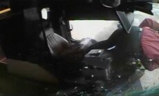 Video: ASV autobusa vadītājs izdzīvo pēc ietriekšanās aizsargstiklā