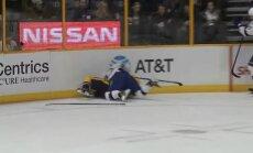 Video: Brutāls kautiņš laukumā un sasists līdzjutēja telefons NHL spēlē