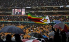 Foto: Valstu līderi un desmitiem tūkstoši dienvidāfrikāņu atvadās no Mandelas
