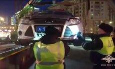 Video: Krievijā policisti izjauc dienesta auto, lai glābtu kaķēnu
