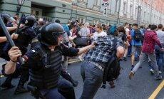 Foto: Krievijā protestos pret pensiju reformu aizturēti vismaz 800 cilvēku