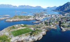 Futbola laukums Norvēģijā ar neierastu un apburošu apkārtnes ainavu