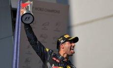 'Red Bull' piloti izcīna pārsteidzošu dubultuzvaru Malaizijas F-1; Hamiltons negaidīti izstājas