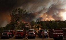Apokaliptiski foto: Mežu ugunsgrēki plosa Kalifornijas štatu