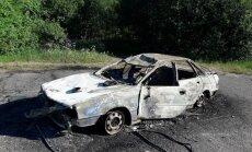 Foto: Jaunieši Rēzeknē pamatīgi izdemolējuši automašīnu, kuras īpašnieks miris