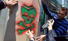 Foto: Kijevā pie 'Bank Rossija' iedzīvotāji zīmē 'zaļos vīriņus'