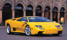Itālijas policija konfiscē 20 luksusa automobiļus nodokļu parādniekam