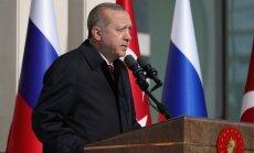 Erdogans satraukts par lielvaru 'roku laušanos' Sīrijas dēļ
