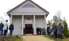 Balvu novadā svinīgi atklāts arhitektūras piemineklis – Bēržu kapu kapliča