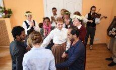 Foto: Rīgā ar dejām un dziesmām patvēruma meklētāji ieskandina Līgo