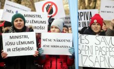 'Kārli, ej mājās!': RPIVA protestē pret Šadurski un reformām