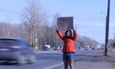 Video: Šoferus pie Rumbulas kārdina ielasmeita – transvestīts