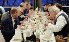 Foto: 'Michelin' restorānu šefpavāri iepazīst Latvijas garšas