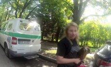 Rīgā policisti izglābj karstā automašīnā atstātu suni