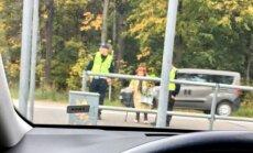Foto: Policisti Rīgā palīdz pakritušai vecmāmuļai šķērsot ielu