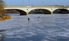 ФОТО: Дождались! В Елгаве рыбаки вышли на лёд