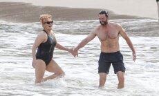 Seksa simbols Džekmens ar sieviņu aušojas pludmalē