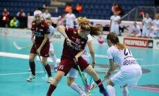 Foto: Latvijas florbolistes uzvar Poliju un pasaules čempionātā spēlēs par piekto vietu