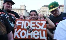 Foto: Budapeštā tūkstošiem cilvēku protestē pret Orbānu