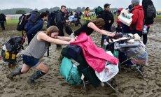 """Дождь вызвал хаос на популярном фестивале """"Гластонбери"""""""