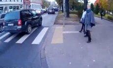 Video: Džipisti aizņem joslu un izspiež satiksmes autobusu uz ietves